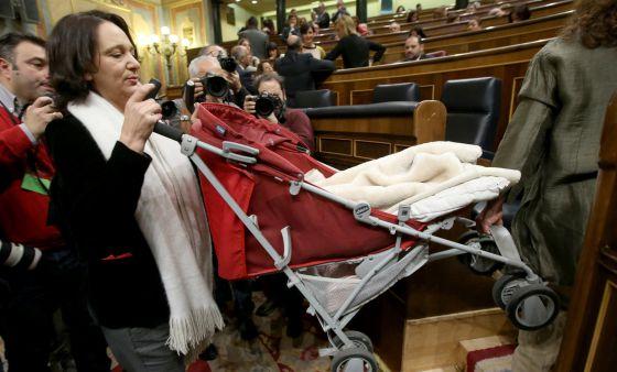 Carolina Bescansa maneja el cochecito de su bebé durante la primera sesión de la Cámara