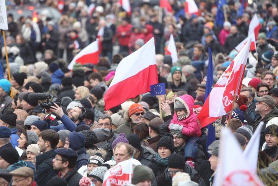 Manifestantes polacos protestan, el pasado 9 de enero, contra la ley de medios aprobada por el Gobierno.