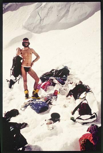 Así de 'veraniego' posó Simón Elías para la foto de portada de su libro 'Alpinismo bisexual y otros escritos de altura'.