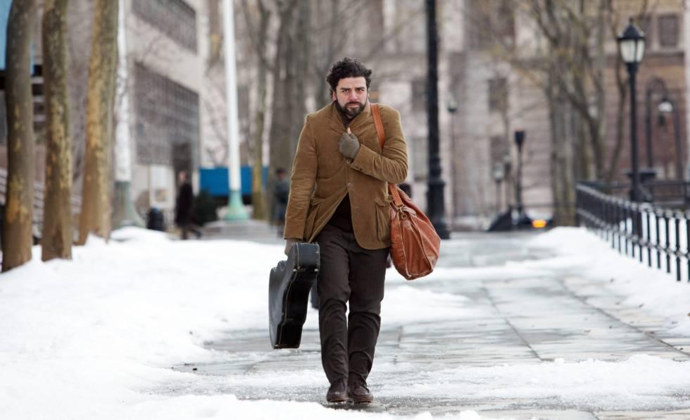 El actor Oscar Isaac llevando como puede el frío en 'A propósito de Llewyn Davis' (2013)