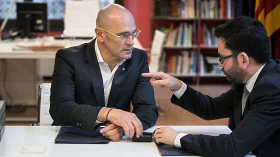 Romeva meets with outgoing Catalan foreign affairs secretary Roger Albinana.