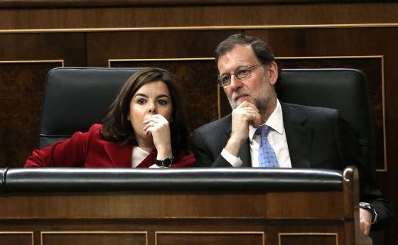 El presidente del Gobierno en funciones, Mariano Rajoy, y la vicepresidenta, Soraya Sáenz de Santamaría, durante la constitución del nuevo Congreso de los Diputados.