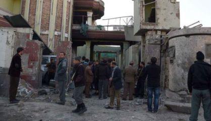 Personal de seguridad afgano, junto a la zona atacada.