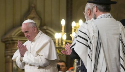 El Papa saluda a la comunidad judía en su visita a la sinagoga.