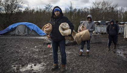 Migrantes kurdos en el campamento improvisado de Grande-Synthe.