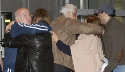 Dos prisioneros iraníes liberados por EE UU abrazan a sus familias.