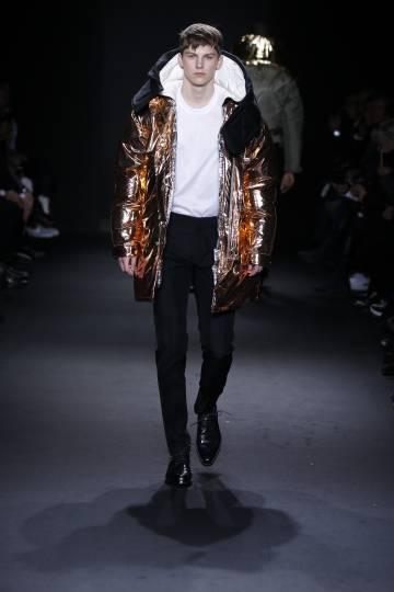 Las texturas metálicas son un elemento clave de Calvin Klein Collection (y, en general, de la temporada que viene).
