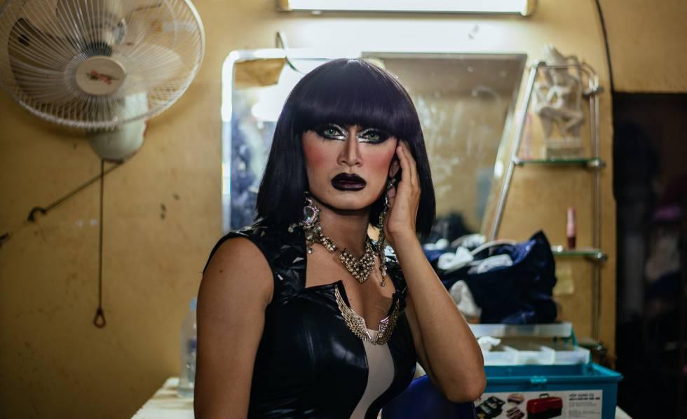 John, transexual camboyano, convertida en Jessie J. en su camerino de Phnom Penh.