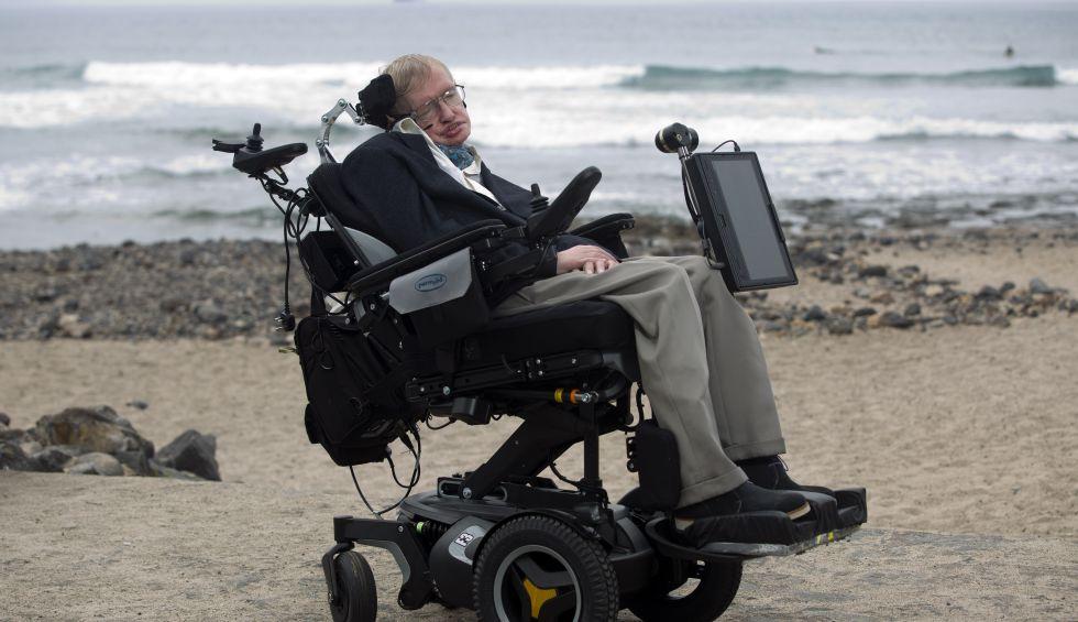 Stephen Hawking en la playa del Camisón de Arona (Tenerife) en 2015.