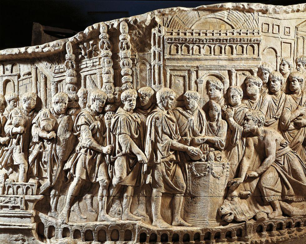Fragmento del bajorrelieve que recorre la columna de Trajano en Roma. En la escena puede verse un sacrificio realizado antes de partir a Dacia.
