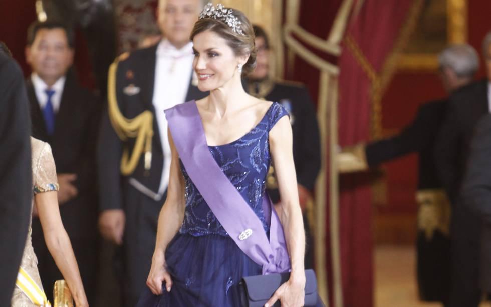 La Reina Letizia con un vestido de gala firmado por Felipe Varela