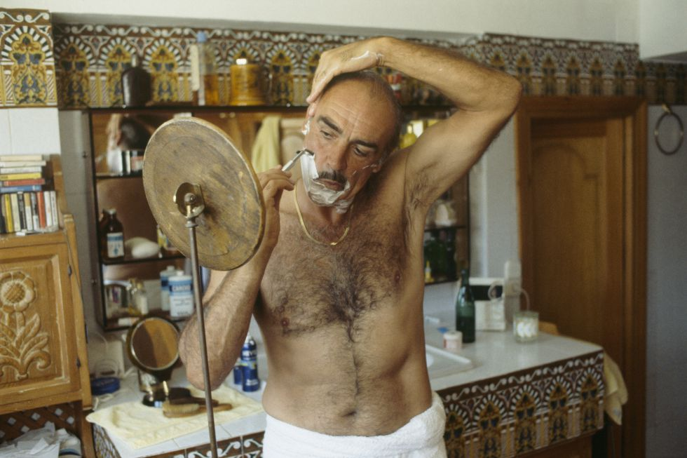 El actor escocés sir Sean Connery se afeita en el baño de su casa de Marbella ( Málaga) en septiembre de 1983.