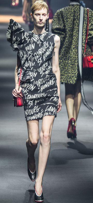 Una modelo desfila durante la Semana de la Moda de París.