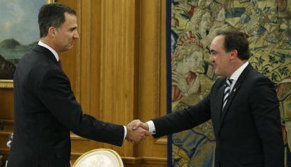El Rey saluda al presidente de UPN, Javier Esparza.