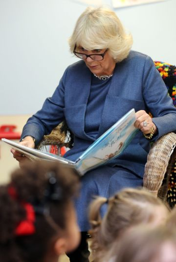 Camilla Parker, la duquesa de Cornualles, mientras lee a un grupo de niños.