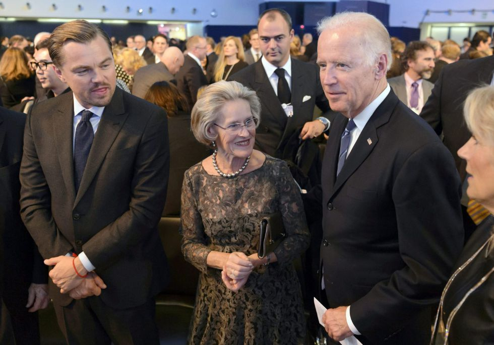 De izquierda a derecha: Leonardo DiCaprio, Hilde Schwab, cofundadora de la funcación Scwab; y el vicepresidente estadounidense, Joe Biden, participan en un acto en la víspera de la inauguración de la reunión del Foro Económico Mundial.