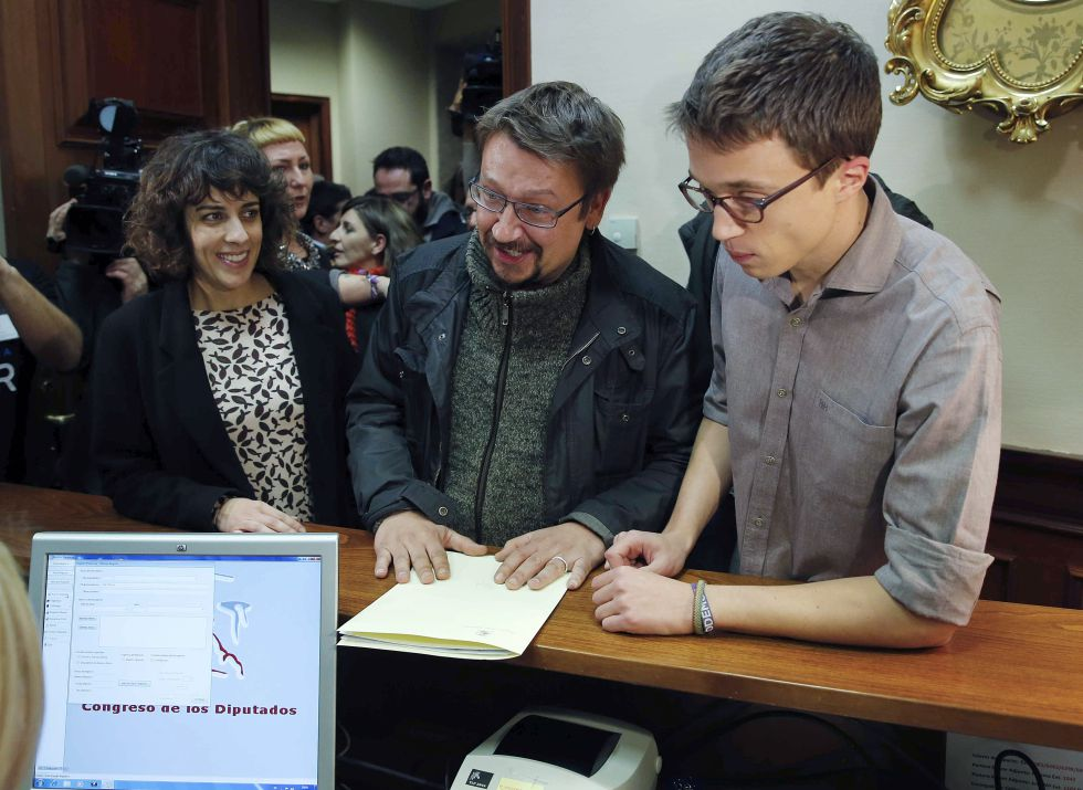 Podemos's number two official Íñigo Errejón (right).