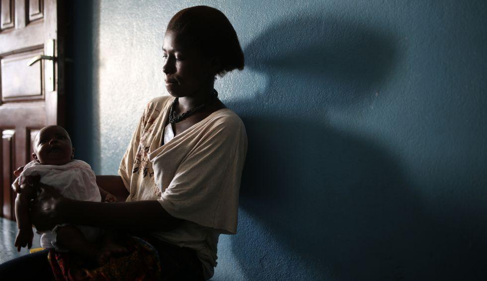 Musa Kargbo, de 21 años, acuna a su hija Abibatu tras haber sido vacunada en la maternidad Princess Christian de Freetown, Sierra Leona.