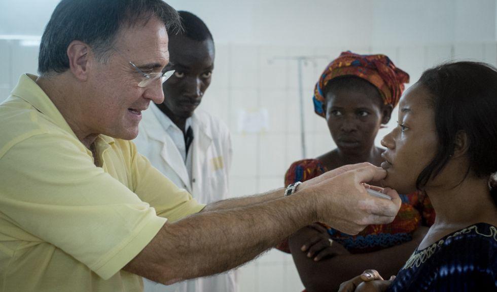 El doctor Ángel Emparanza ausculta a una mujer llegada desde de Guinea-Bisáuy que padece una deformación de la mandíbula.