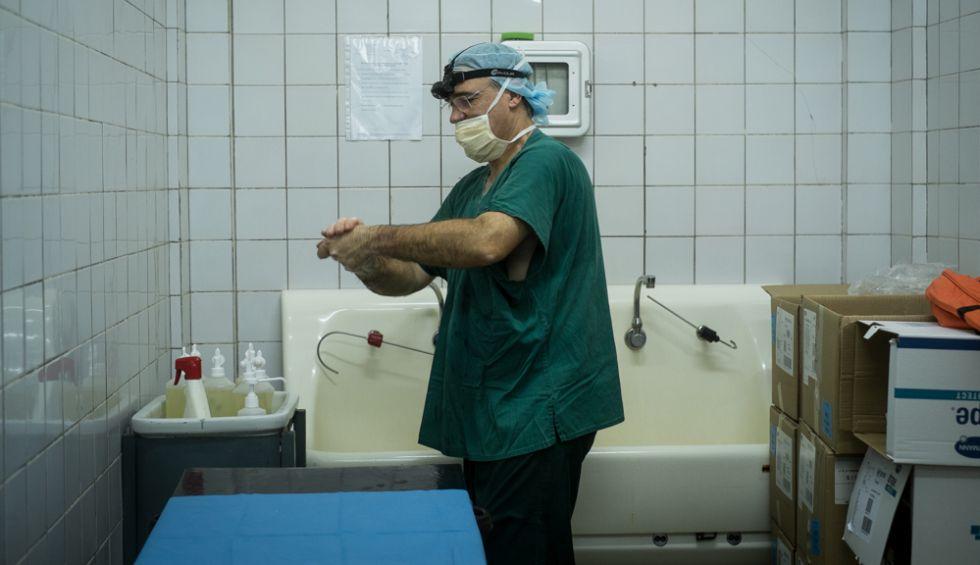 El doctor Ángel Emparanza se prepara antes de la intervención quirúrgica de Possi.