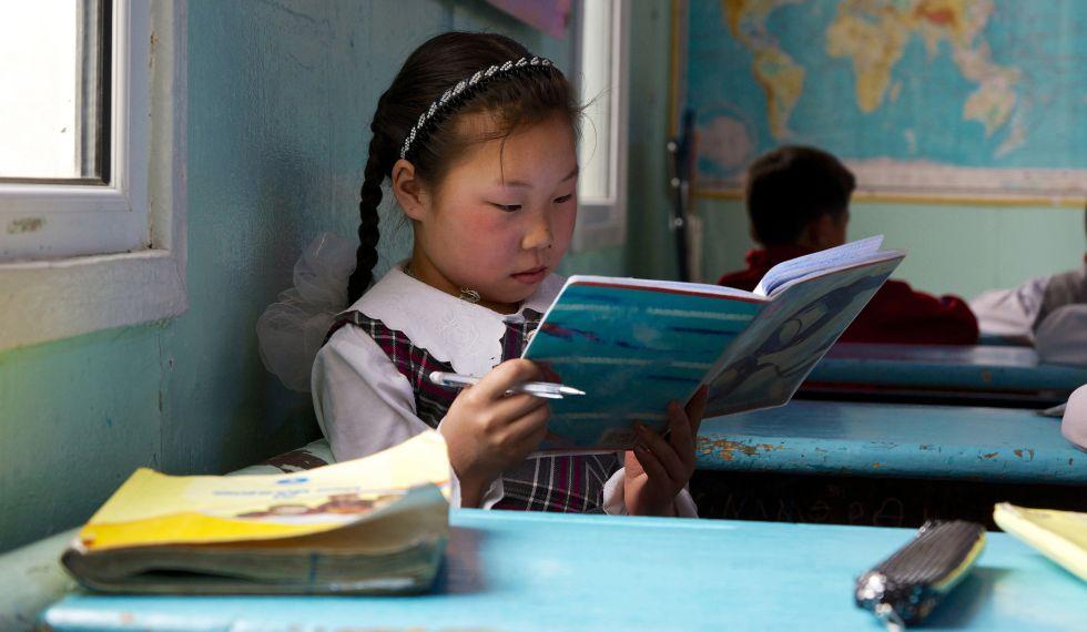 Una niña estudia en un colegio de Murun, en Mongolia, país que está desarrollando nuevos programas para mejorar su sistema educativo.