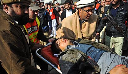 Un herido en el ataque es trasladado en camilla.
