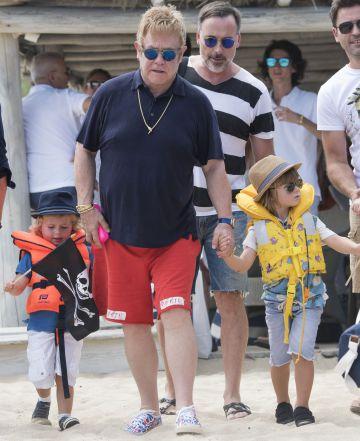 Elton John junto a David Furnish y sus dos hijos en la Riviera francesa.