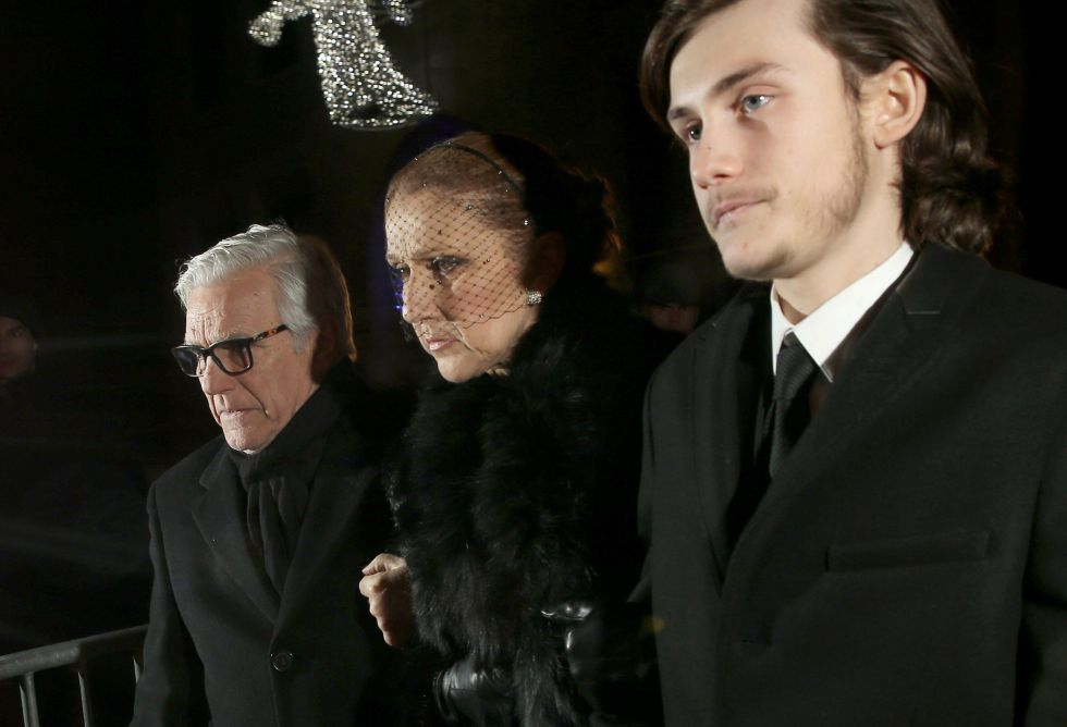 Celine Dion, acompañada de su hijo (a la derecha), a su llegada al velatorio por su marido celebrado el jueves.