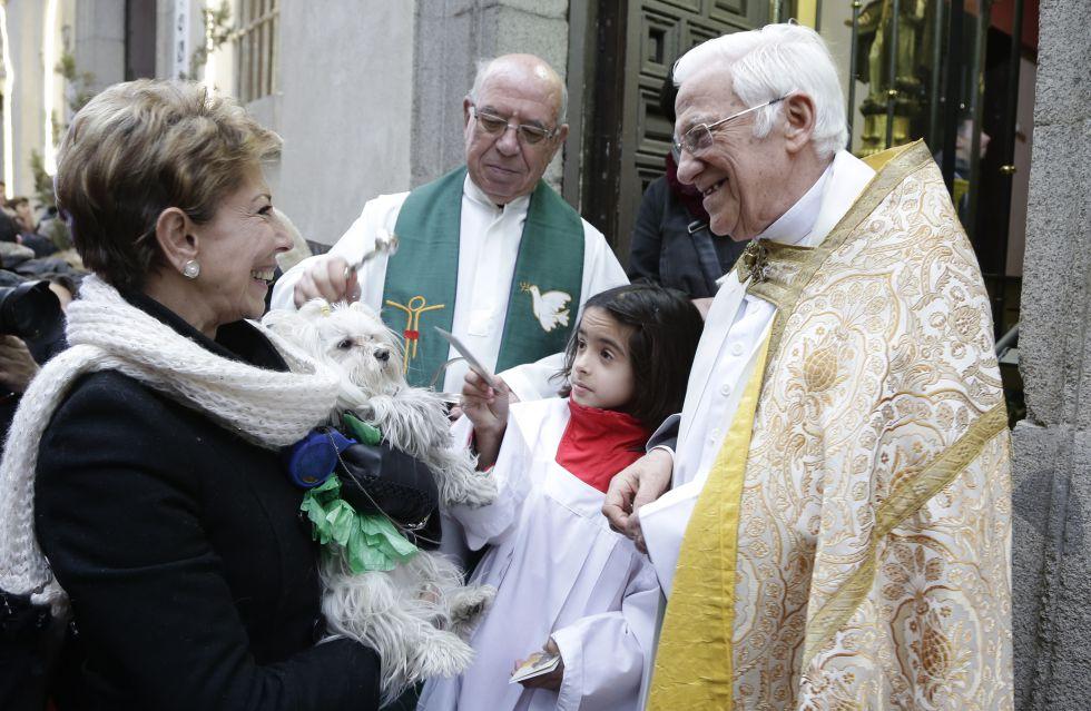 El Padre Ángel, a la derecha, en las puertas de la iglesia madrileña de San Antón el día del santo.