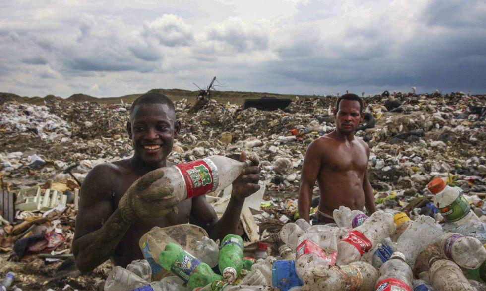 Dos recicladores separan los plásticos, uno de los materiales mejor pagados.