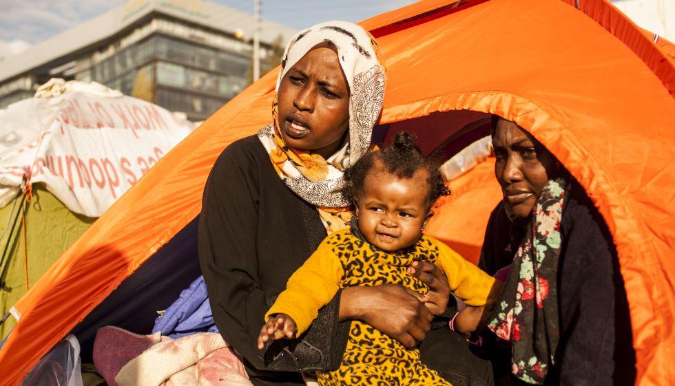 """""""Cómo voy a alimentar a mis hijos con sólo 100 dinares"""" protestaba Nadi Yibril Yami con su hija menor en brazos. Junto a ella, Make Agbu Mohammad, de las montañas de Nuba."""