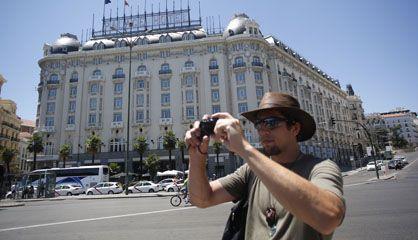 Un turista, junto al Hotel Palace de Madrid.