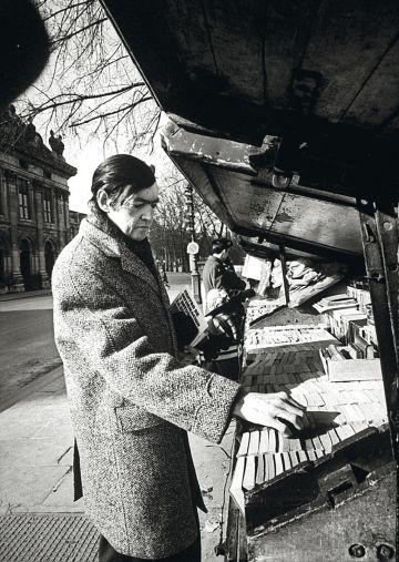 Julio Cortázar, buscando livros em Paris.