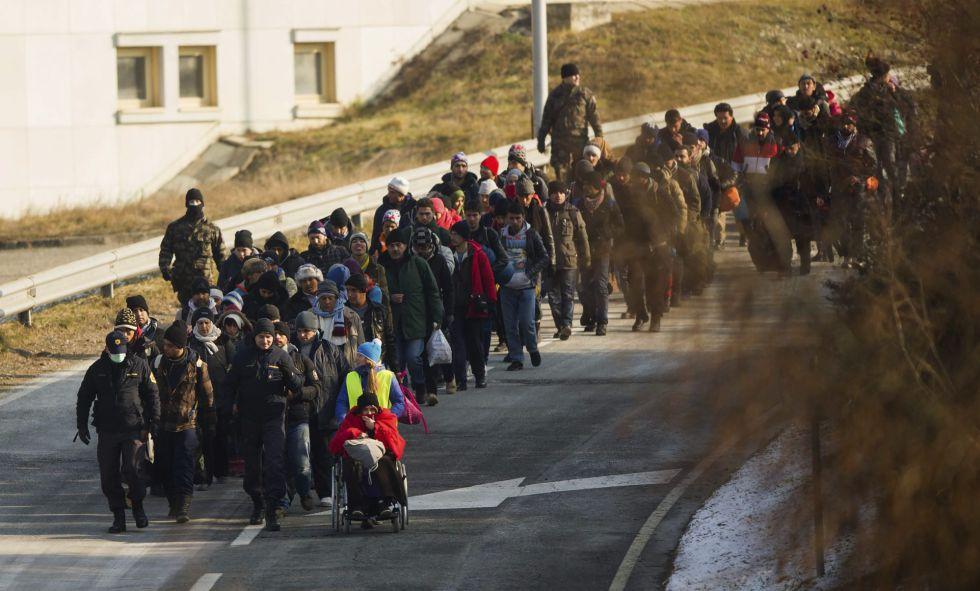 Un grupo de refugiados cruza la frontera entre Eslovenia y Austria, el viernes pasado.