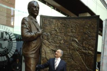 Gamboa Pascoe, presentando su estatua