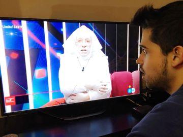 Miguel Frigenti, experto en Gran Hermano y colaborador del debate, contempla hipnotizado uno de los momentos más surrealistas de esta edición de GH VIP