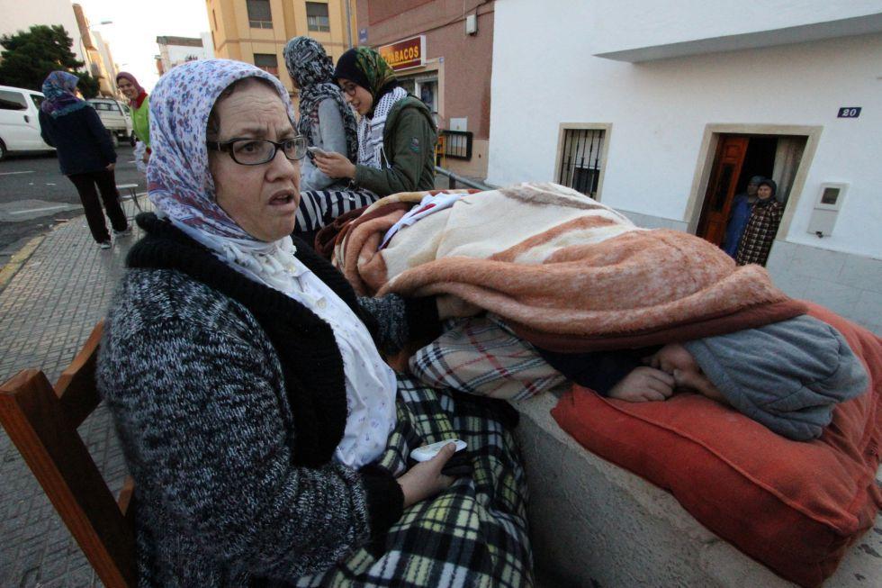 Una familia melillense permanece en la calle por miedo a las réplicas del seísmo.