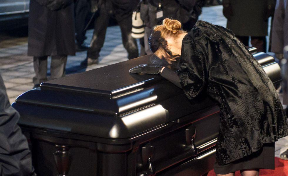 Céline Dion llora a su marido durante el funeral.