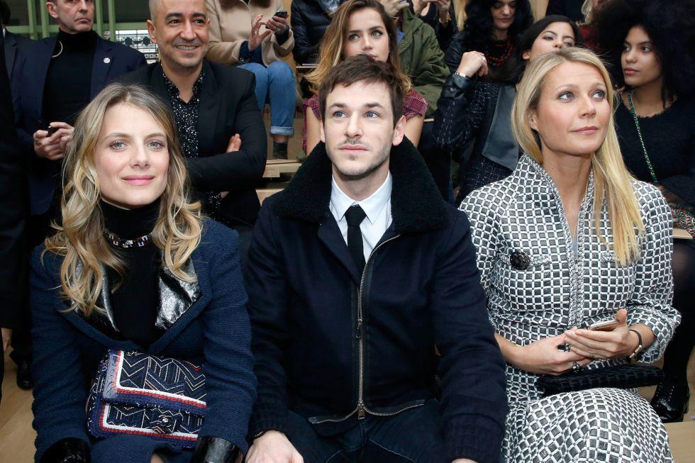 De izquierda a derecha: los actores Mélanie Laurent, Gaspard Ulliel y Gwyneth Paltrow en el desfile de Chanel. En la segunda fila, detrás de Ulliel, la actriz Ana de Armas.