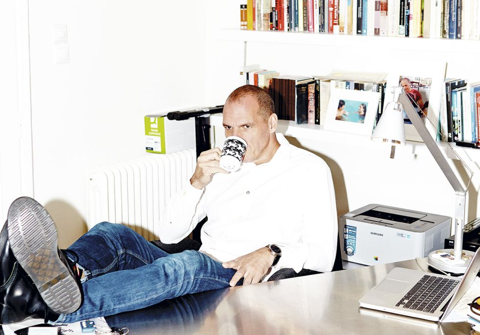 Yanis Varoufakis posa para ICON sorbiendo café, una de sus actividades predilectas, en su despacho en Atenas.