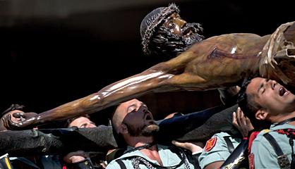 Legionarios con la imagen de Cristo la pasada Semana Santa en Málaga.