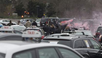 Un grupo de taxistas en la protesta que han convocado en París.