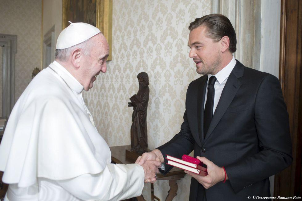 Leonardo DiCaprio este jueves en el momento de ser recibido por el papa Francisco.