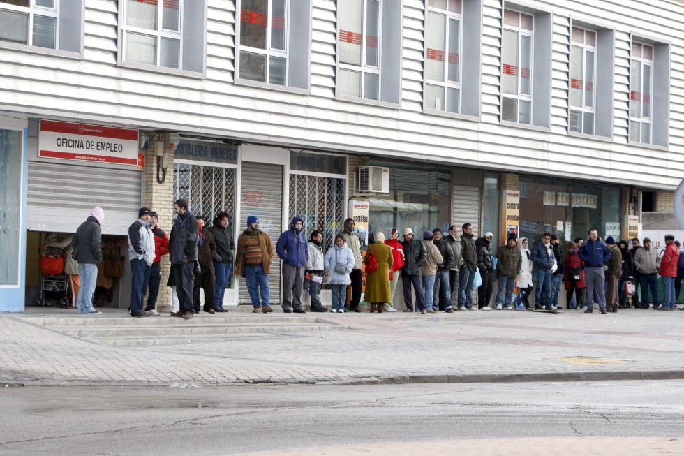 Varias personas forman una larga cola ante una oficina del INEM. EFEArchivo