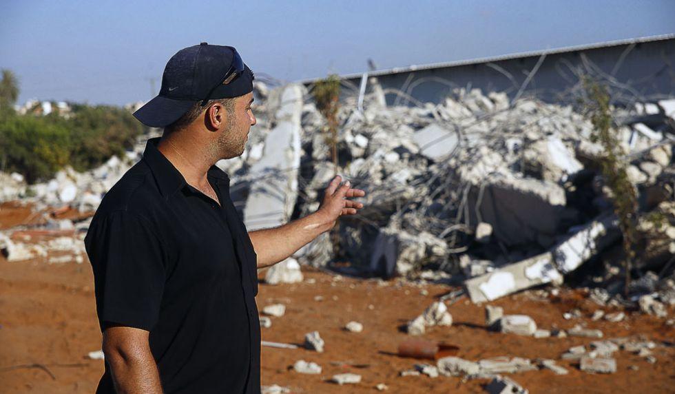 Abdallah Assaf, de 31 años, enseña los escombros de los que había sido su casa antes que los bulldozers israelís la derribaran.
