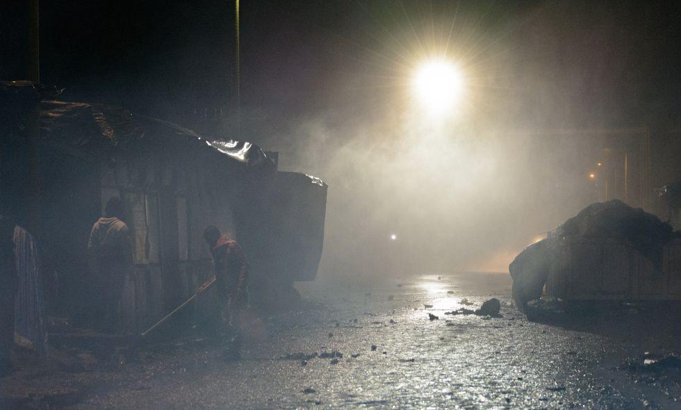 La gendarmería francesa lanza gases lacrimógenos para impedir que los refugiados accedan a la carretera.