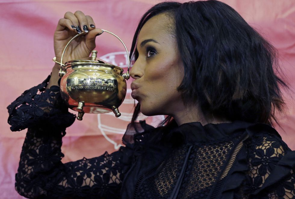 Kerry Washington con el premio otorgado por el teatro Hasty Pudding Theatricals