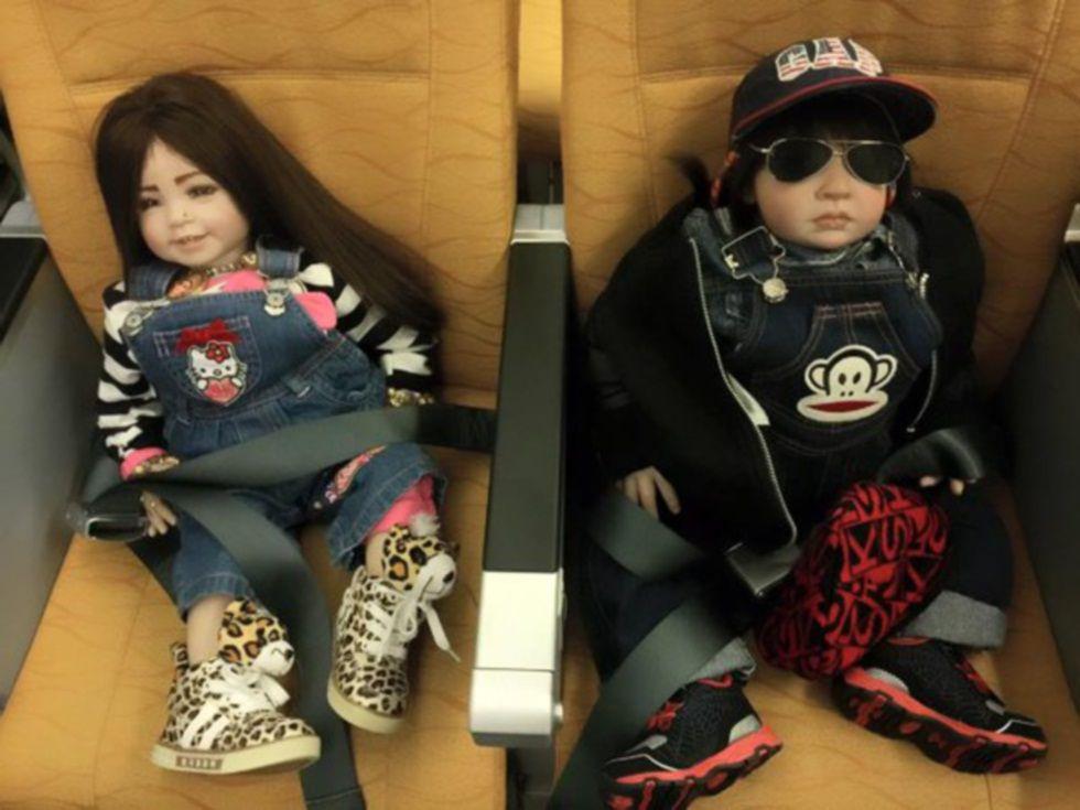 Los dueños llegan a comprar billetes de avión para sus muñecos.