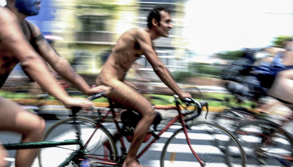 Marcha de ciclistas desnudos en Lima