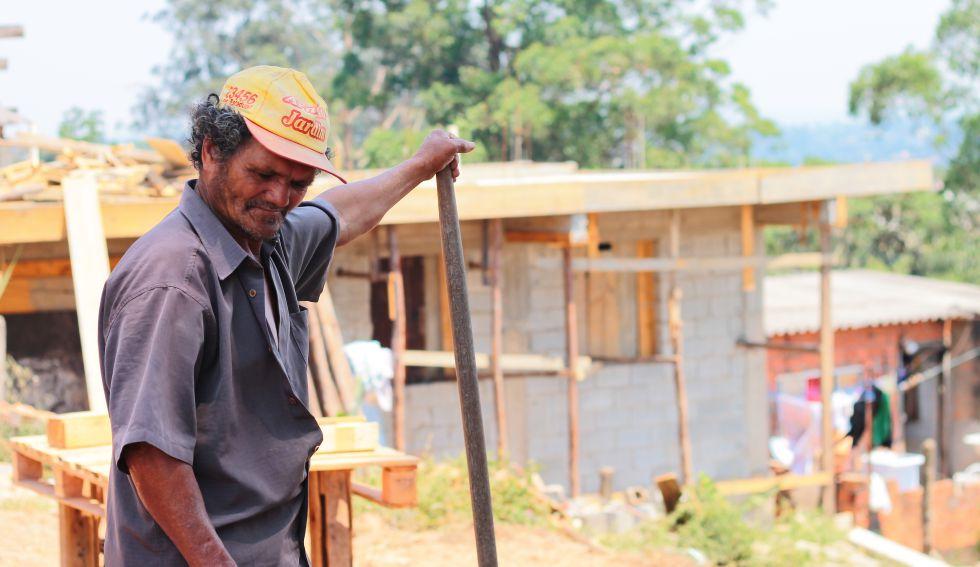 TECHO: Un vecino participa de los proyctos de mejora en su comunidad.